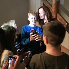 Audhild sammen med elever fra Vinjar skule i Suldal, som vant et forfatterbesøk i lesekonkurransen Norli Junior. Foto: Maria Granli Brekke