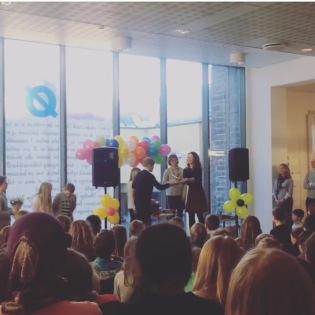 Forfatter A. Audhild Solberg mottar Barnas bokpris 2015 av representanter fra barnejuryen. Foto: Bergen Offentlige Bibliotek